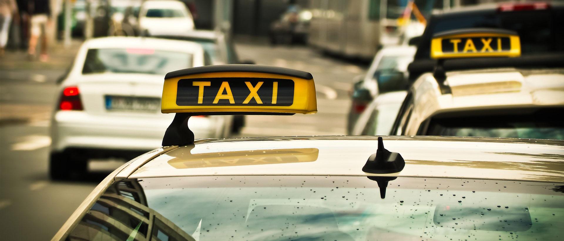Taxi oder Mietwagen in Regen