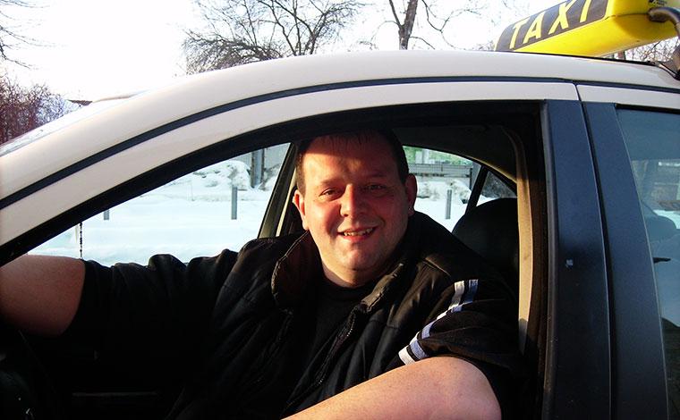 Stefan Winter in seinem Taxi in Regen